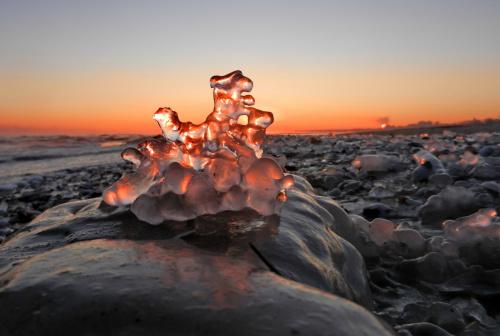 zimą na sopockiej plaży: rzeźba dwojga twórców