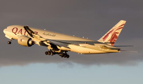 Odlot Qatarskiego B777 o złotej godzinie po dostarczeniu sprzętu medycznego. To jeden z bardzo wielu transportów medycznych do Polski.