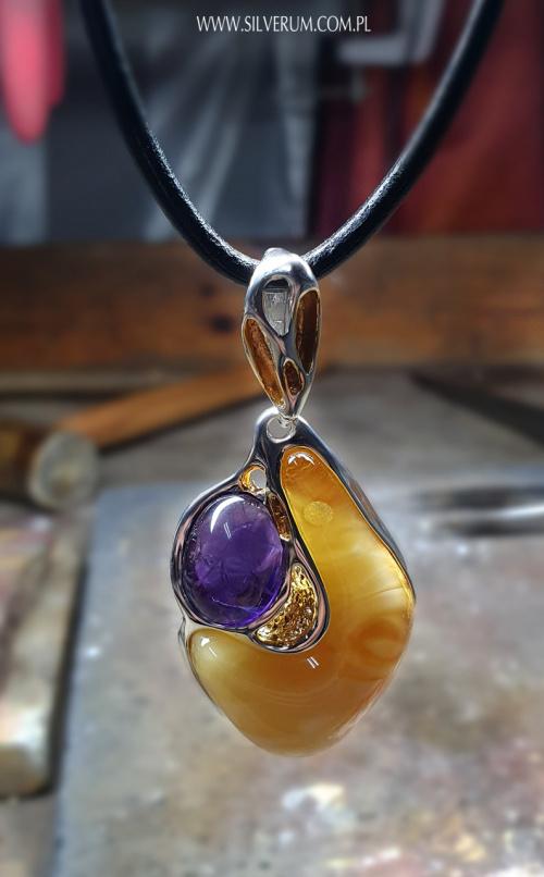 Biżuteria Artystyczna - wisior z pięknym bursztynem i ametystem #wisiorek #bursztyn #ametyst #biżuteria #artystyczna #sklep #internetowy