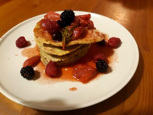 Pancakes z chia i z truskawkami, malinami, jeżynami i rozmarynem