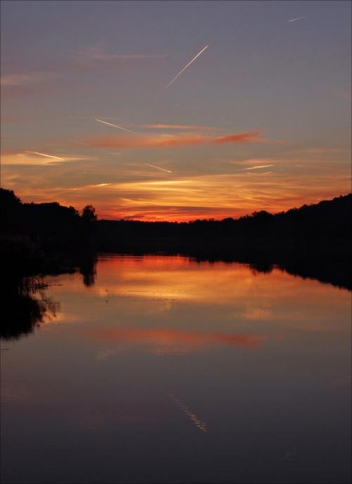 Do zalewu mam blisko więc chodzę tam dość często, zwłaszcza, że wokół zrobiono fajną ścieżkę Ostatnio słońce widoczne jest do zachodu, a zachody nad zalewem, podwojone przez odbicie, bywają ładne i za każdym razem inaczej maluje się niebo.