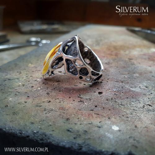 Nietuzinkowy pierścionek artystyczny z bursztynem - www.silverum.com.pl - #pierścionek #nietuzinkowy #unikat #artystyczny #prezent #sklepinternetowy #naturalny #bursztyn