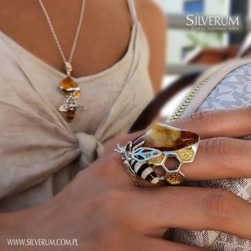 Duży oryginalny pierścionek z bursztynem - silverum.com.pl #artystyczna #biżuteria #prezent #pierścionek #zbursztynem