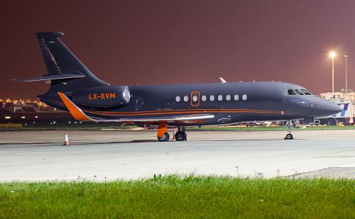 Falcon - prywatny samolot z Luksemburga na płycie postojowej.