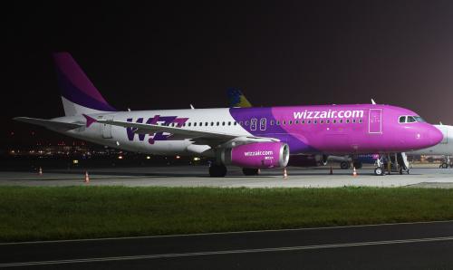 Wizz Air czekający na swój lot na płycie postojowej.