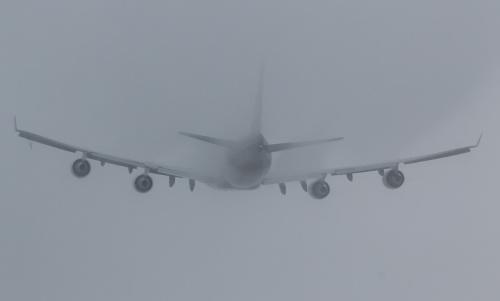 Królowa - Boeing 747 znikająca w chmurach.