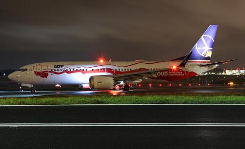 Boeing LOTu w specjalnym Niepodległościowym malowaniu w drodze na pas startowy :)